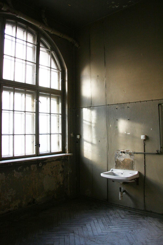 deserted-room-at-stadtbad-prenzlauer-berg